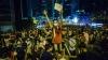 Noi violenţe la Hong Kong! Tineri protestatari au încercat să intre cu forţa în Legislativ