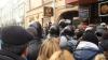 Tensiuni şi ţipete la secţia consulară din Moscova. Mii de moldoveni se îmbrâncesc cu OMON-ul rusesc NU PUBLICA NICIODATĂ