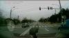 LA UN PAS DE MOARTE! O femeie şi un copil cât pe ce să fie loviţi de o maşină pe trecerea de pietoni (VIDEO)