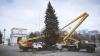 (FOTO) Bradul de Crăciun, instalat în centrul capitalei! Când va fi dat startul sărbătorilor de iarnă
