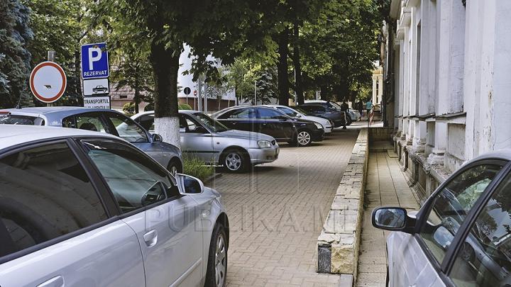 Un şofer din Chişinău s-a parcat în cel mai nepotrivit mod. Fapta a stârnit criticile internauţilor (FOTO)