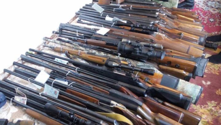 INCREDIBIL! Vezi AICI ce arme şi muniţii au depistat oamenii legii în apartamentele activiştilor Antifa