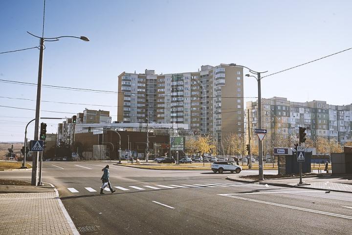 Patru benzi de circulaţie şi parcări pe ambele părţi. Aşa arată acum strada Ion Dumeniuc din capitală (GALERIE FOTO)