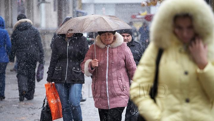 Revenim la umbrele. Meteorologii anunţă vreme rece, lapoviţă şi ninsoare