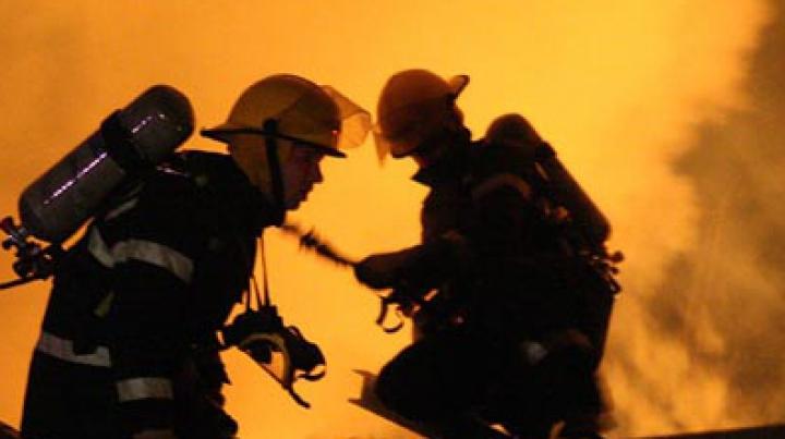 ALERTĂ la Cahul! Pompierii au reuşit să salveze o casă de locuit (FOTO)
