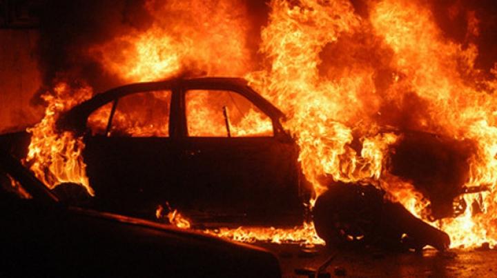 """""""Au spart geamurile şi au aruncat un cocktail Molotov"""". O maşină a ars în capitală (FOTO)"""