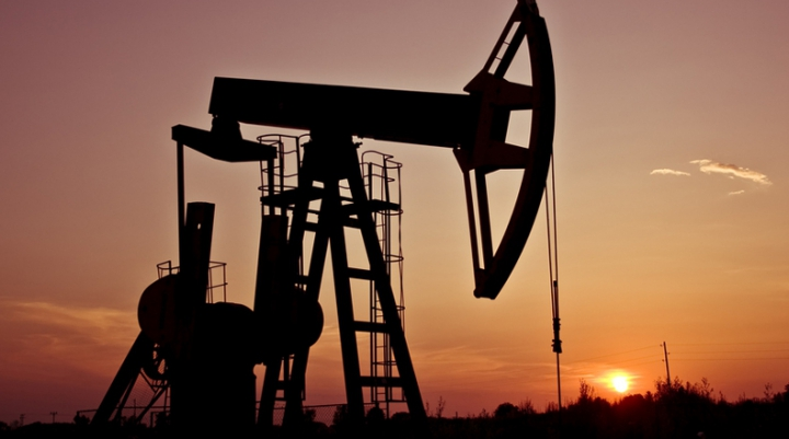 Petrolul continuă să se ieftinească la bursele internaţionale