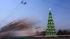 Este mai înalt decât cel din Chişinău. La Tiraspol a fost inaugurat Pomul de Crăciun (GALERIE FOTO)