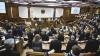 Gest stângaci la şedinţa Parlamentului. Un deputat a onorat drapelul şi imnul de stat cu spatele (VIDEO)