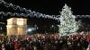 Chişinăul îmbracă straie de sărbătoare! Bradul uriaş din Piaţa Marii Adunări Naţionale a atras privirile trecătorilor