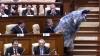 """NO COMMENT! """"Capra"""" obraznică a urătorilor s-a dat la parlamentari (VIDEO)"""