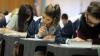 Reguli dure la examenele din India. Elevii sunt nevoiți să vină fără şosete și pantofi, doar în şlapi sau cu picioarele goale