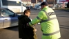 SCANDAL! Un pieton beat a fost încătuşat după ce a lovit și a înjurat inspectorii de patrulare