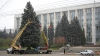 Va fi mai frumos şi mai impunător! Autorităţile au început împodobirea principalului Pom de Crăciun din ţară