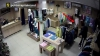 ÎL RECUNOAŞTEŢI? Tânărul este căutat de poliţie pentru ceea ce a făcut într-un magazin din capitală (VIDEO)