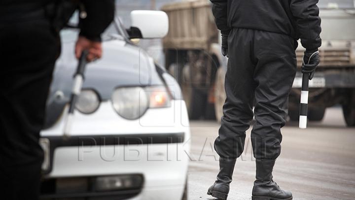 Un şofer din Ialoveni, tras pe dreapta. Ce au găsit inspectorii de patrulare în camioneta sa (FOTO)