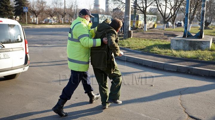 Inspectori de patrulare, agresaţi de trei tineri. Ce riscă atacatorii