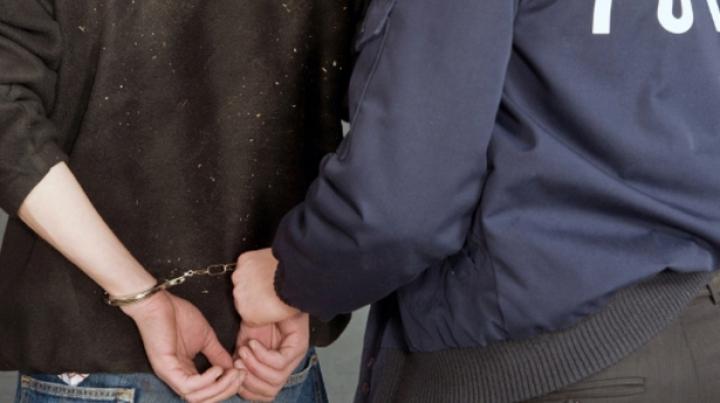 A fugit să se ascundă prin curţile unor gospodari. De ce era căutat de poliţişti un bărbat din Edineţ