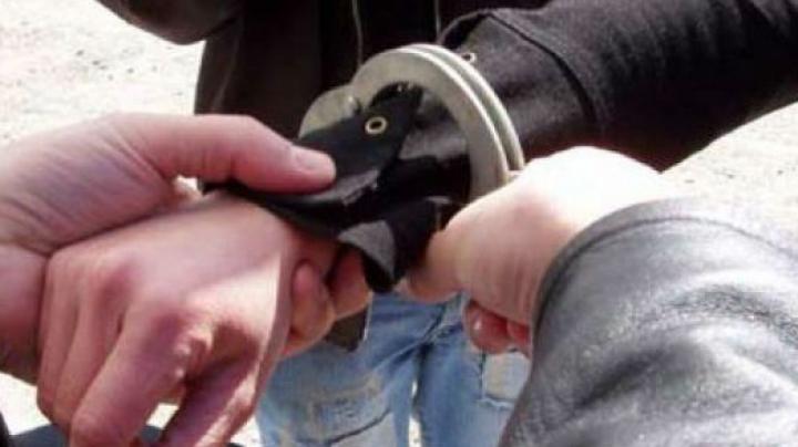 Grup criminal, REŢINUT de poliţişti. În maşina suspecţilor au fost găsite cagule şi răngi metalice