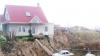 IMAGINI VIRALE! O casă este luată pe sus de o alunecare de teren, dar nu este distrusă (VIDEO)