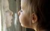 """""""Striga la geam"""". O fetiţă de trei ani a fost salvată după ce părinţii au încuiat-o în casă (VIDEO)"""