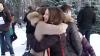 Îmbrăţişări gratuite trecătorilor. Gestul inedit făcut de mai mulţi tineri din capitală (VIDEO)