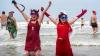 Nu s-au putut opune tradiţiei! Francezii au intrat cu sutele în Marea Nordului (VIDEO)