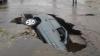 O familie, LA UN PAS DE MOARTE. Maşina în care se afla a fost înghiţită de pământ (VIDEO)
