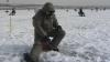 Gheaţa subţire nu-i sperie! Zeci de pescari au ieşit să prindă la copcă