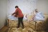 Forfotă mare în ajun de Crăciun. Moldovenii își pregătesc casa și curtea de sărbătoare (GALERIE FOTO)