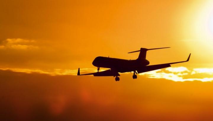 PANICĂ pentru pasagerii unui avion: Aeronava a fost luată de vânt (VIDEO)
