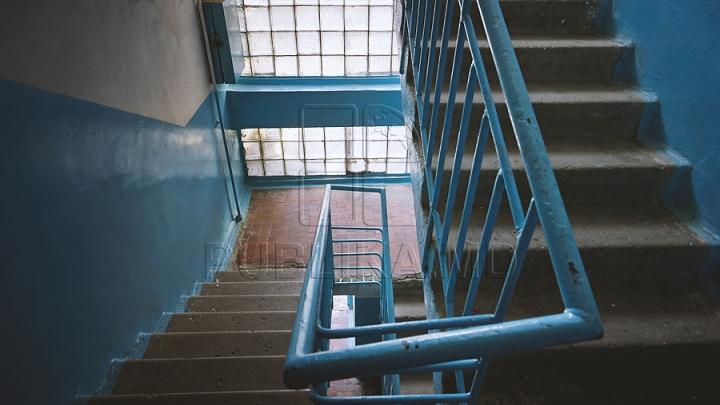 Gata cu bezna din scările blocurilor. ANUNŢUL Primăriei privind iluminatul clădirilor din capitală
