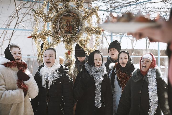 Sărbătoare în Moldova. Cete de colindători vestesc Naşterea Mântuitorului (GALERIE FOTO)