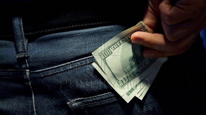 Bancnotă falsă de 100 de dolari, descoperită la Tiraspol. Proprietarul hârtiei are o explicaţie