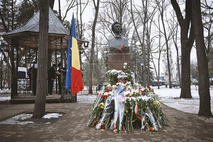 Mihai Eminescu, omagiat. Ce spun Voronin şi Dodon despre o poezie a poetului