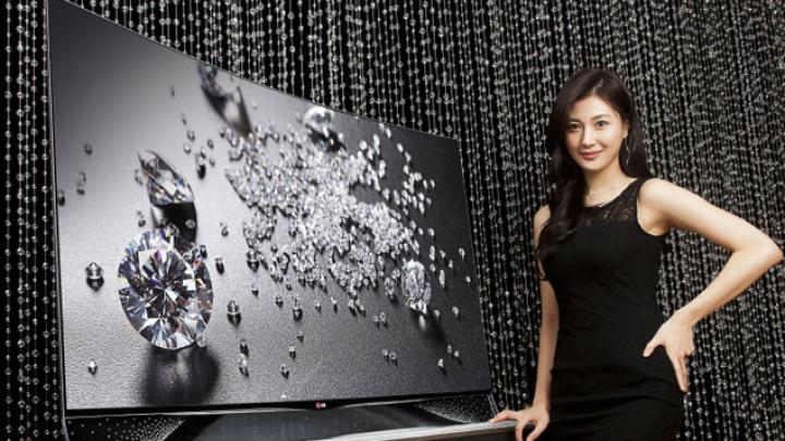 LG a lansat o adevărată bijuterie: Televizor OLED cu peste 460 de cristale Swarovski, aplicate manual