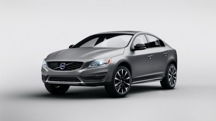 Volvo uimeşte publicul! Suedezii au prezentat sedanul cu caracteristici off-road (FOTO)