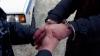 Au folosit mănuşi medicinale pentru a face asta. Doi bărbaţi au fost încătuşaţi de mascaţi (VIDEO)