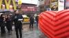 Surpriză pentru locuitorii New York-ului. În centrul oraşului a fost instalată o sculptură enormă