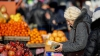 Preţuri EXAGERATE în pieţe la fructele și legumele importate. Cum explică vânzătorii fenomenul