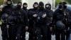 Alertă în Franţa! Mai mulţi poliţişti au fost atacaţi de bărbați cu cagule şi arme Kalașnikov