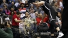 Situaţie amuzantă! Un baschetbalist american a împins-o pe o chelneriţă care ducea bere (VIDEO)