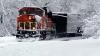 Cu trenul prin nămeţi. O locomotivă SPULBERĂ tot ce-i stă în cale (VIDEO)