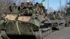 Un militar ucrainean cade de pe o blindată în timpul evacuării din Debalţevo (VIDEO)