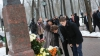 Grigore Vieru ar fi împlinit, astăzi, 80 de ani. Moldovenii i-au adus flori la monument