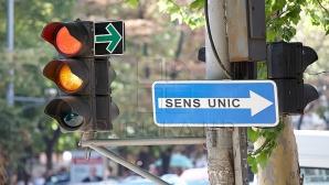 CONFLICTE la semafor din cauza săgeţii verzi. Cum trebuie să procedeze şoferii (VIDEO)