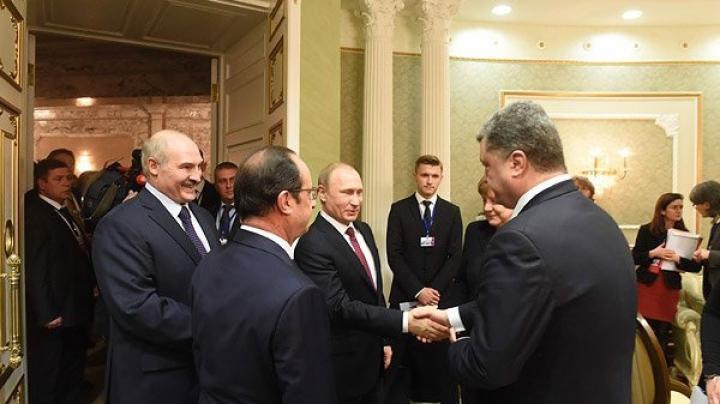 (VIDEO) Putin a dat mâna cu Poroșenko la Minsk. REACȚIA celor doi președinți a ajuns în presă