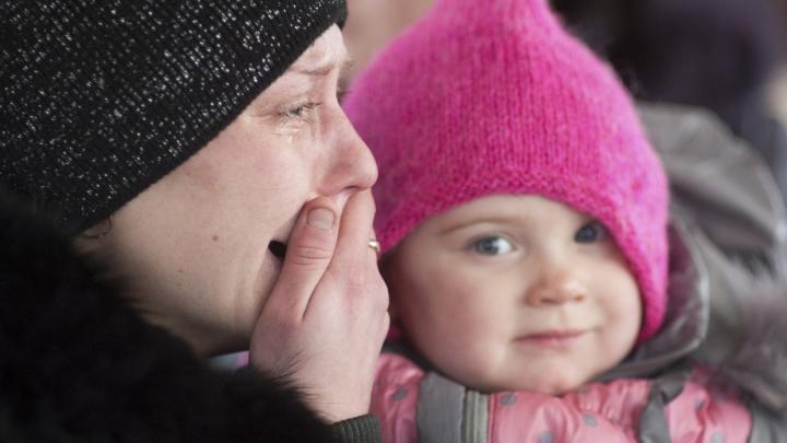 Lacrimi de durere şi frică de moarte. Oamenii fug din oraşul Debalţevo (GALERIE FOTO)