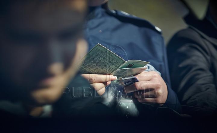 FĂRĂ NUMĂR! Amenzile primite de un şofer din Chişinău după ce a fost tras pe dreapta