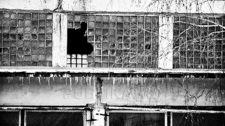 CUTREMURĂTOR! Cum arată o şcoală din Chișinău rămasă fără elevi (FOTO)